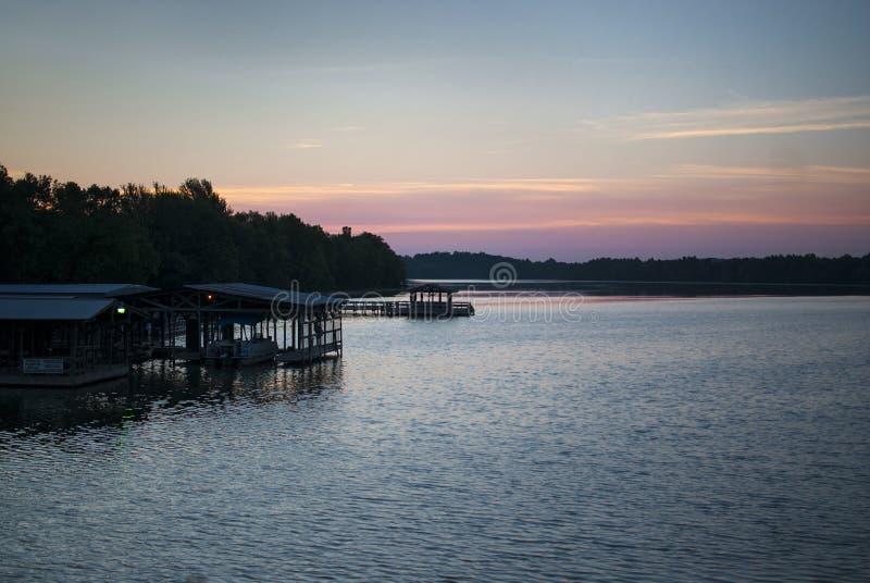 Αποβάθρα λιμνών και βαρκών στην ανατολή στοκ φωτογραφία