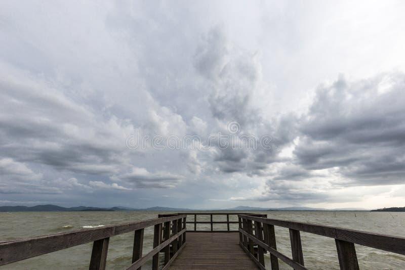 Αποβάθρα και ευμετάβλητος ουρανός στοκ εικόνα με δικαίωμα ελεύθερης χρήσης