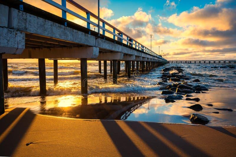 Αποβάθρα και η θάλασσα στο ηλιοβασίλεμα στοκ φωτογραφία με δικαίωμα ελεύθερης χρήσης