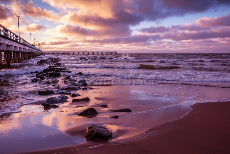 Αποβάθρα και θάλασσα στο ηλιοβασίλεμα στοκ φωτογραφία