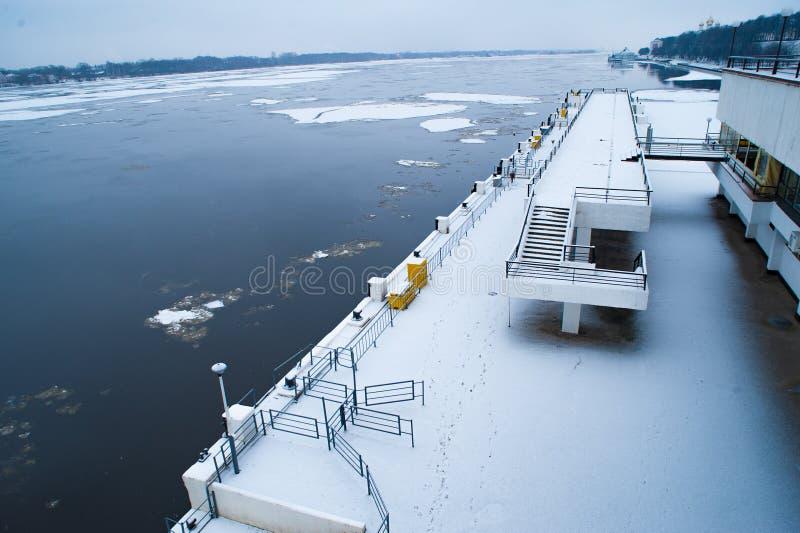Αποβάθρα και ποταμός με έναν πετώντας πάγο στοκ εικόνα