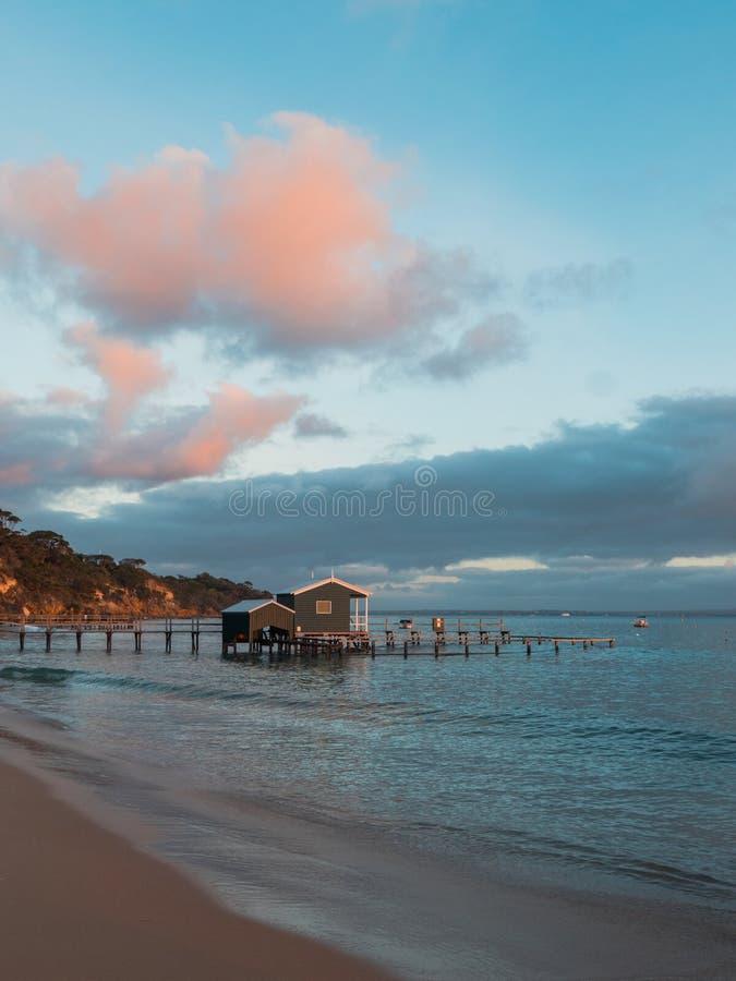 Αποβάθρα και boathouse στην ακτή στοκ φωτογραφίες