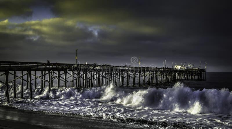 Αποβάθρα Καλιφόρνια BALBOA με την υψηλή κυματωγή στοκ εικόνες
