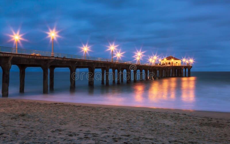 Αποβάθρα Μανχάταν Μπιτς τη νύχτα, Καλιφόρνια στοκ εικόνες