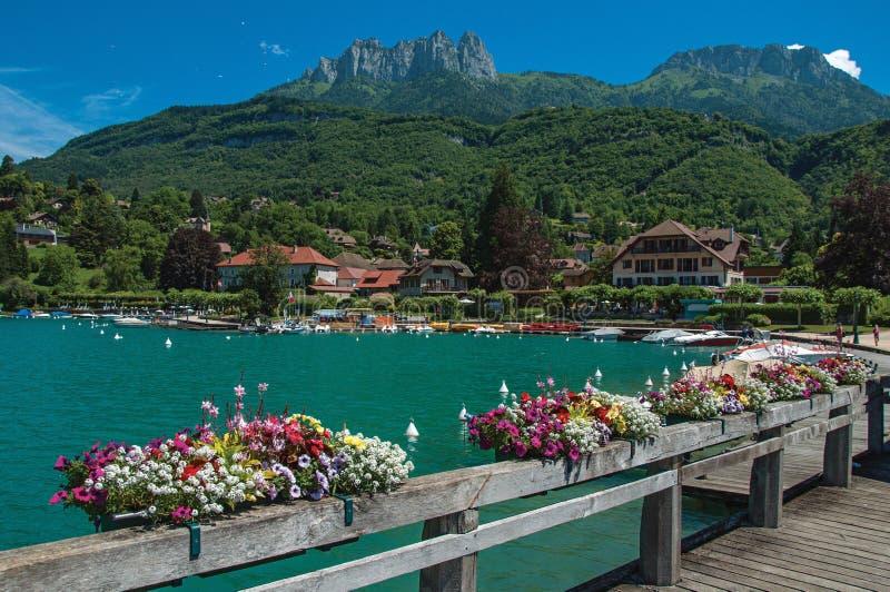 Αποβάθρα με τα λουλούδια στη λίμνη του Annecy, στο χωριό Talloires στοκ εικόνες με δικαίωμα ελεύθερης χρήσης
