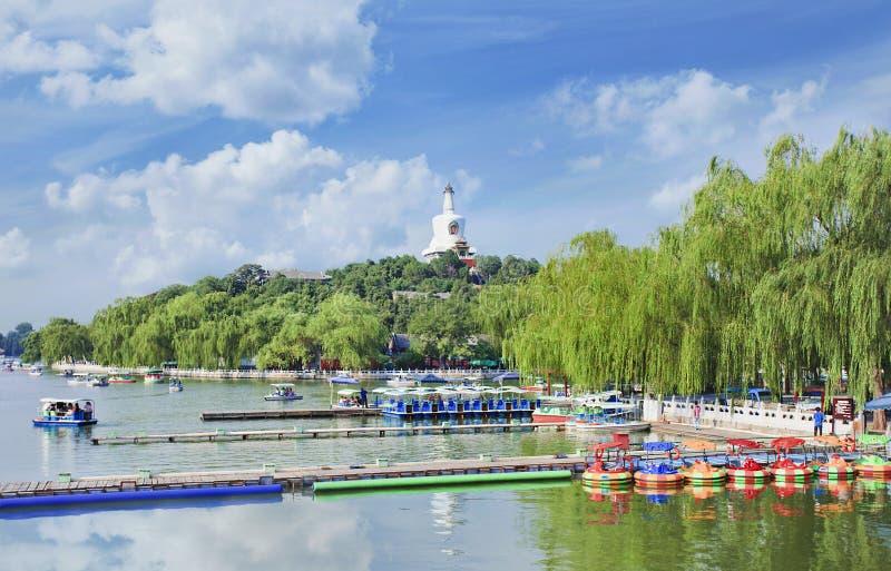 Αποβάθρα με τις ζωηρόχρωμες βάρκες πενταλιών στη λίμνη Beihai, Bejing, Κίνα στοκ εικόνα