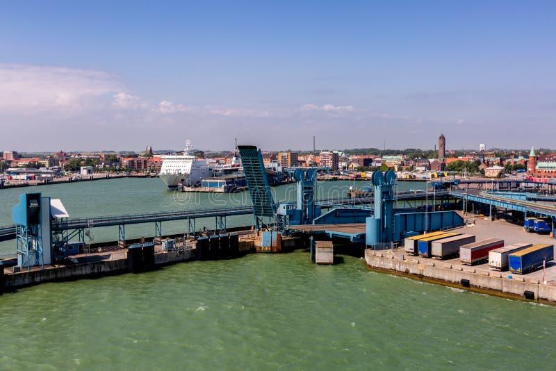 Αποβάθρα πορθμείων στο θαλάσσιο λιμένα στοκ εικόνες