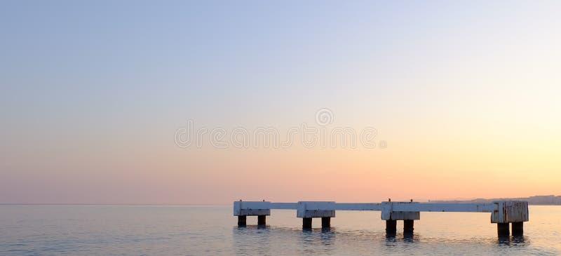 Αποβάθρα στην ήρεμη θάλασσα, η πόλη της Νίκαιας, Γαλλία στοκ εικόνες