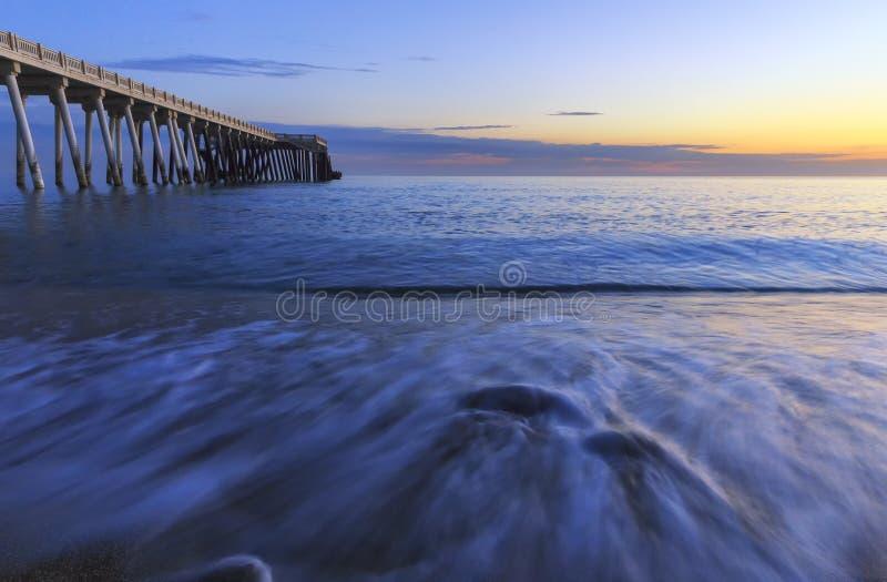 Αποβάθρα στην ακτή στοκ φωτογραφίες