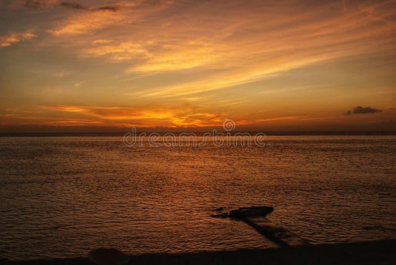 Αποβάθρα στον ωκεανό στο ηλιοβασίλεμα στοκ εικόνα