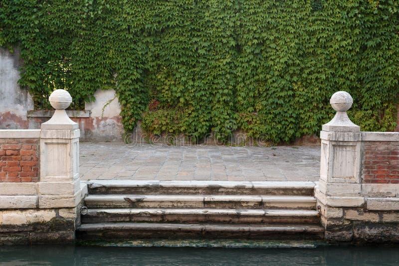 Αποβάθρα στο κανάλι στη Βενετία στοκ φωτογραφία με δικαίωμα ελεύθερης χρήσης