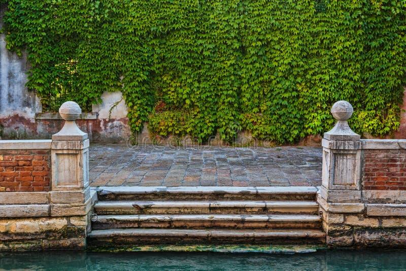 Αποβάθρα στο κανάλι στη Βενετία στοκ φωτογραφίες
