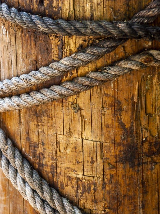 Αποβάθρα στο ναυτικό ξύλο αποβαθρών με τις σειρές που φοριούνται με το χρόνο και τα φυσικά στοιχεία στοκ εικόνες