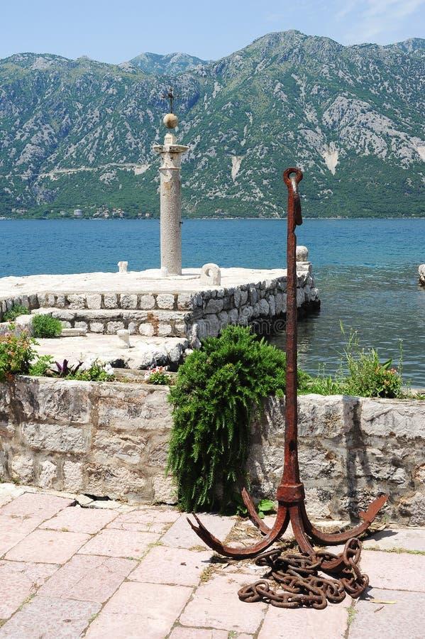 Αποβάθρα της κυρίας του νησιού βράχου στον κόλπο Kotor στοκ εικόνες με δικαίωμα ελεύθερης χρήσης
