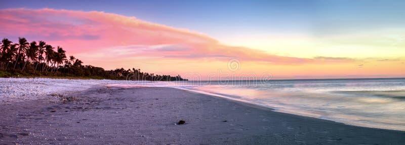 Αποβάθρα της Νάπολης στην παραλία στο ηλιοβασίλεμα στοκ φωτογραφία με δικαίωμα ελεύθερης χρήσης