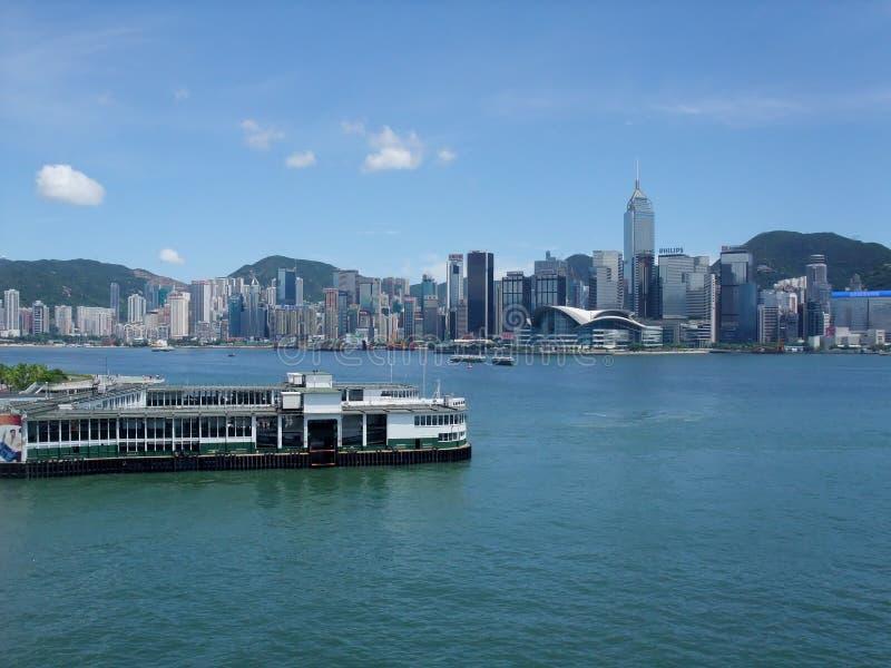 Αποβάθρα του πορθμείου αστεριών σε Tsim Sha Tsui και το λιμάνι Βικτώριας στοκ εικόνες