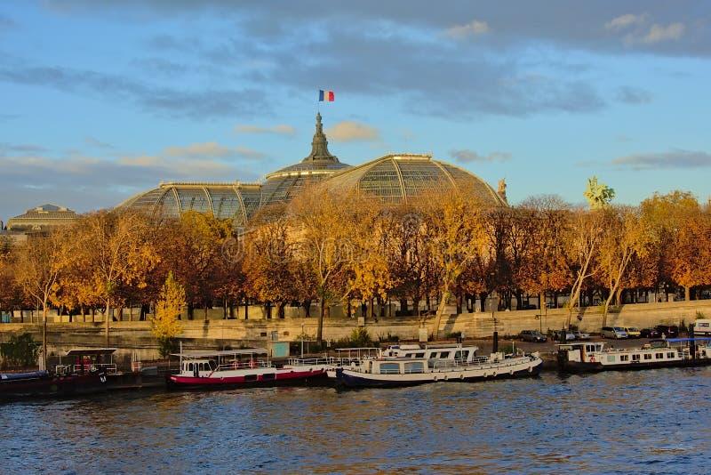 Αποβάθρα του ποταμού Σηκουάνας και στέγη glassa και χάλυβα μεγάλου Palais, Παρίσι, Γαλλία στοκ φωτογραφία με δικαίωμα ελεύθερης χρήσης