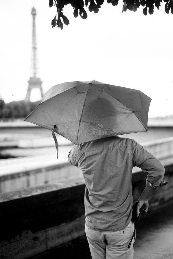 Αποβάθρα του ποταμού του Σηκουάνα μέχρι μια βροχερή ημέρα με το υπόβαθρο πύργων του Άιφελ στοκ εικόνες