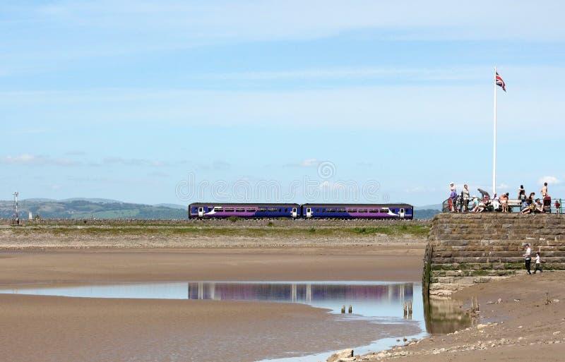 Αποβάθρα Arnside, τραίνο dmu στο ανάχωμα στην οδογέφυρα στοκ εικόνες με δικαίωμα ελεύθερης χρήσης