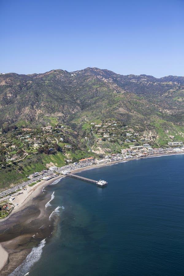 Αποβάθρα Malibu και βουνά της Σάντα Μόνικα στοκ εικόνες