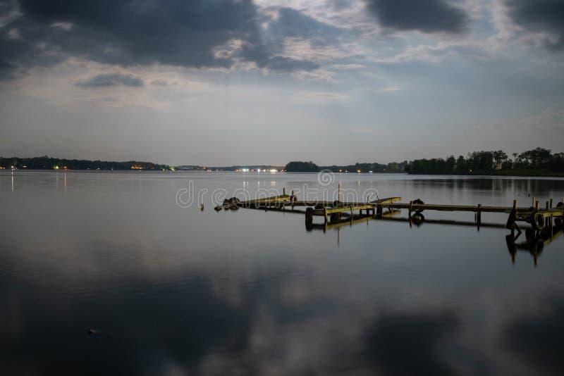 Αποβάθρες κατά μήκος της λίμνης Conneaut στην Πενσυλβανία στοκ εικόνα