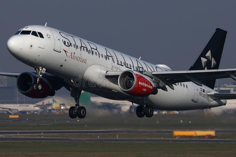 Απογείωση αεροπλάνων συμμαχίας αστεριών της Austrian Airlines στοκ φωτογραφία