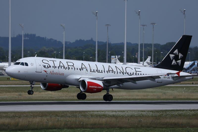 Απογείωση αεροπλάνων συμμαχίας αστεριών της Austrian Airlines στοκ εικόνα με δικαίωμα ελεύθερης χρήσης