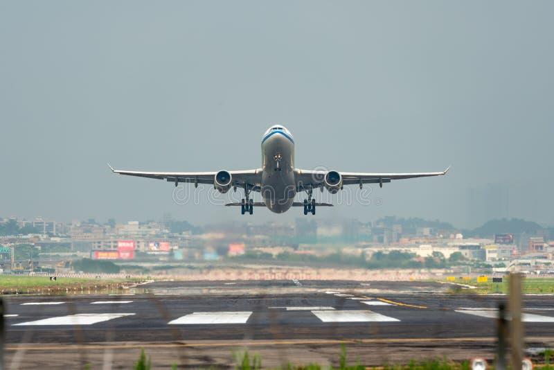 Απογείωση airbus A330-300 της Air China στοκ εικόνα