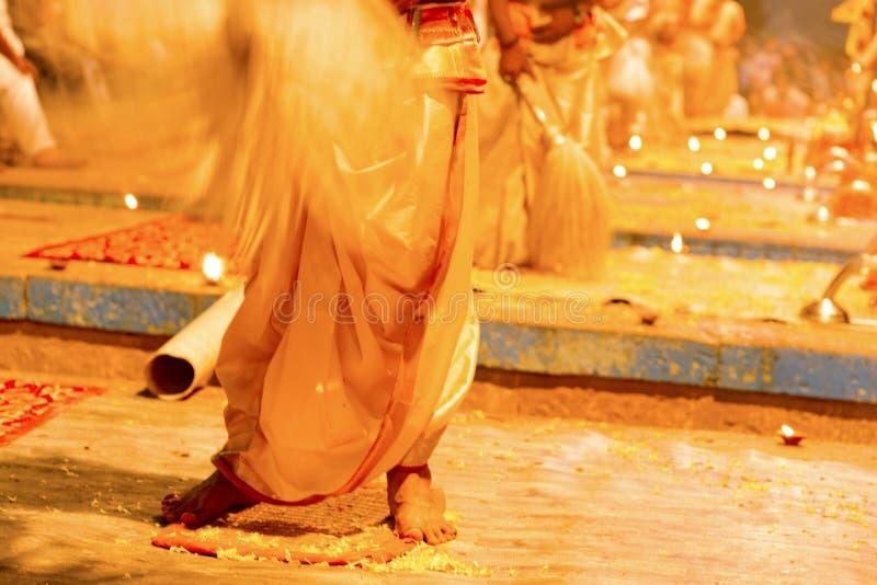 Απογευματινή προσευχή στις τράπεζες του Γάγκη, Varanasi, Ινδία στοκ φωτογραφία με δικαίωμα ελεύθερης χρήσης