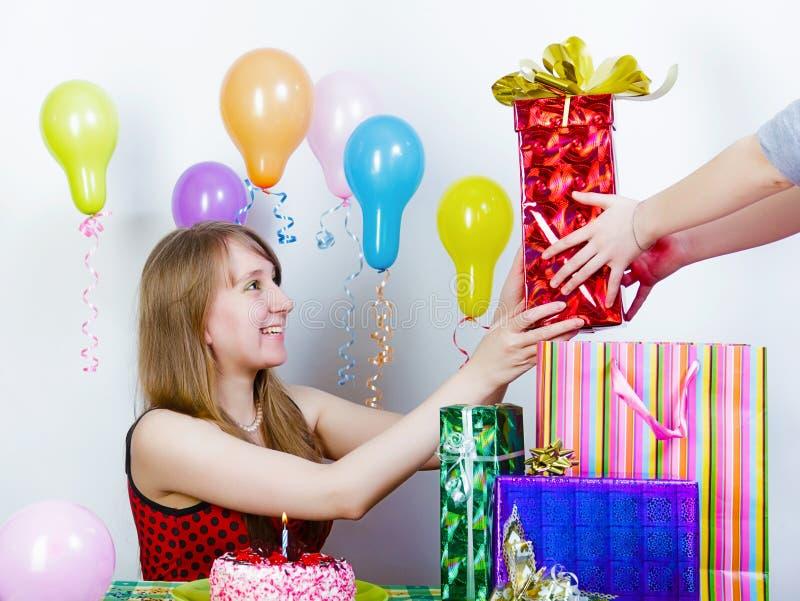 αποδέχεται το κορίτσι δώρων γενεθλίων στοκ εικόνα