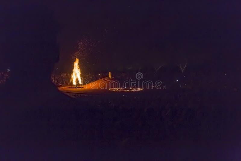 Αποδεικτικό κύριο άρθρο AUROVILLE, TAMIL NADU, ΙΝΔΙΑ - 28 Φεβρουαρίου 2018 Συλλογική περισυλλογή με την αυγή fireOn Auroville ` s στοκ εικόνα με δικαίωμα ελεύθερης χρήσης