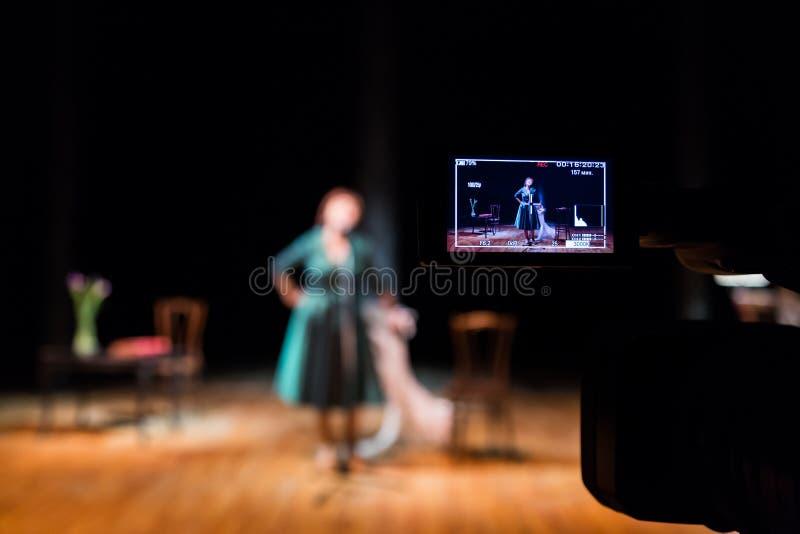 Αποδόσεις μαγνητοσκόπησης της ηθοποιού ή του τραγουδιστή στο εσωτερικό Ψηφιακά βιντεοκάμερα Οδηγημένη χρώμα επίδειξη Το στούντιο  στοκ εικόνα με δικαίωμα ελεύθερης χρήσης