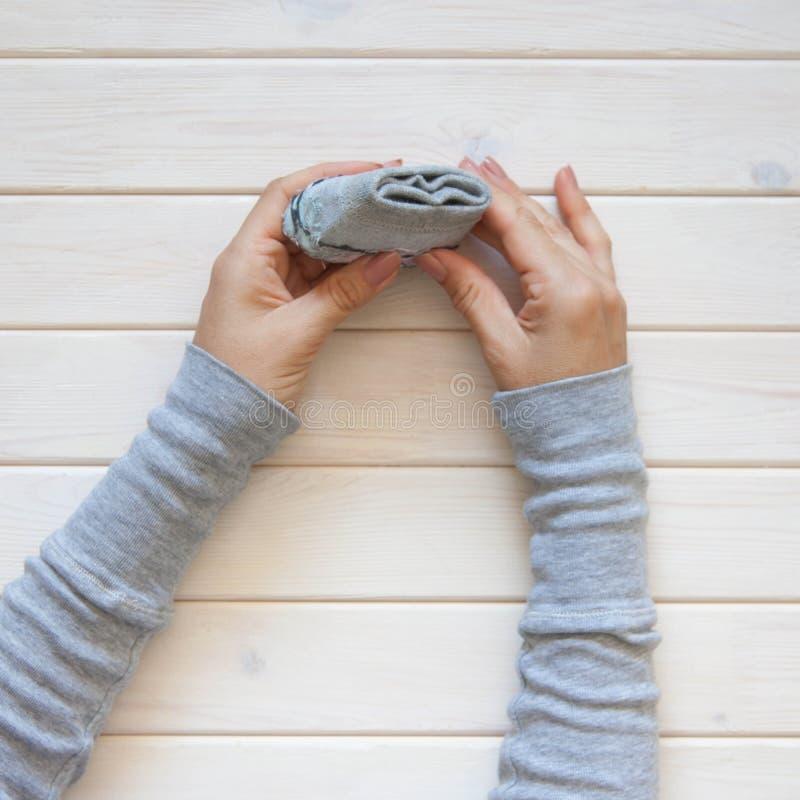 Αποθήκευση ενδυμάτων Διαταγή στο ντουλάπι δίπλωμα των καλτσών Κύριο Clas στοκ εικόνα με δικαίωμα ελεύθερης χρήσης