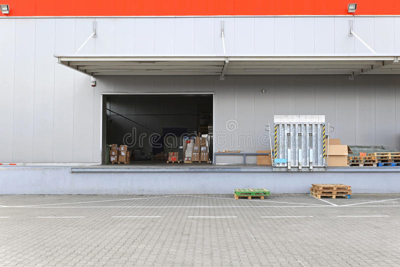 Αποθήκη εμπορευμάτων αποβαθρών φόρτωσης στοκ φωτογραφία με δικαίωμα ελεύθερης χρήσης