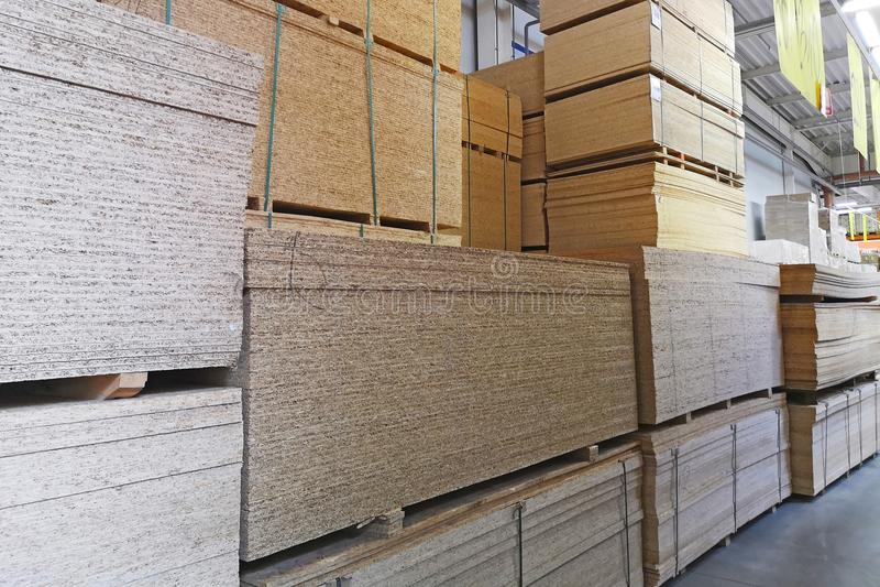 Αποθήκη εμπορευμάτων της ξυλείας σε μια μεγάλη υπεραγορά Πώληση της πριονισμένης ξυλείας στοκ εικόνες με δικαίωμα ελεύθερης χρήσης