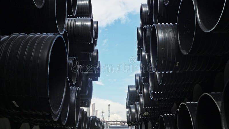 Αποθήκη εμπορευμάτων της τελειωμένης πλαστικής περιοχής αποθήκευσης σωλήνων βιομηχανικής υπαίθρια Κατασκευή του πλαστικού εργοστα στοκ φωτογραφία
