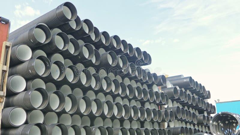 Αποθήκη εμπορευμάτων της τελειωμένης πλαστικής περιοχής αποθήκευσης σωλήνων βιομηχανικής υπαίθρια Κατασκευή του πλαστικού εργοστα στοκ φωτογραφία με δικαίωμα ελεύθερης χρήσης