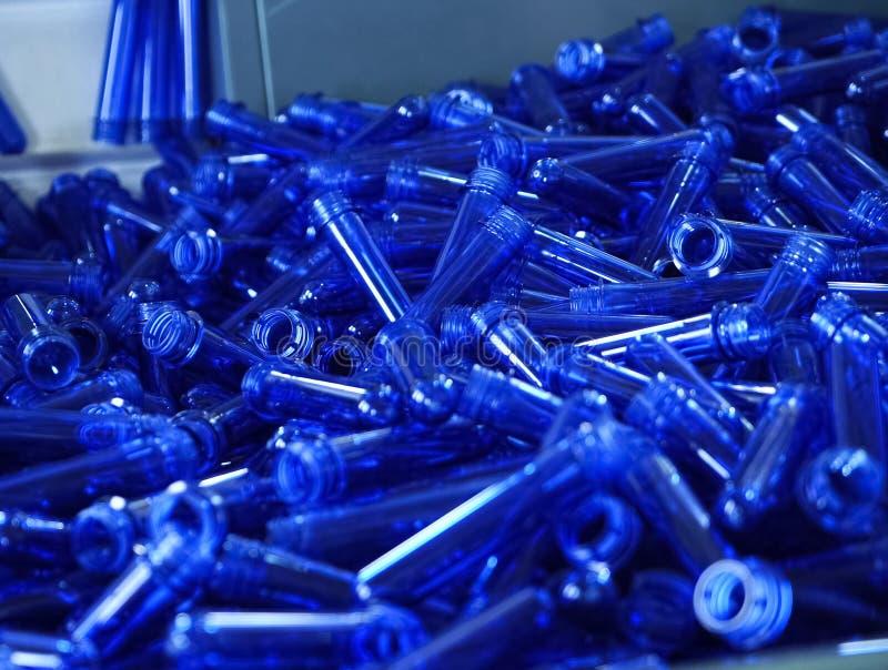 αποθήκη εμπορευμάτων των κενών μπλε πλαστικών φιαλών στοκ εικόνες