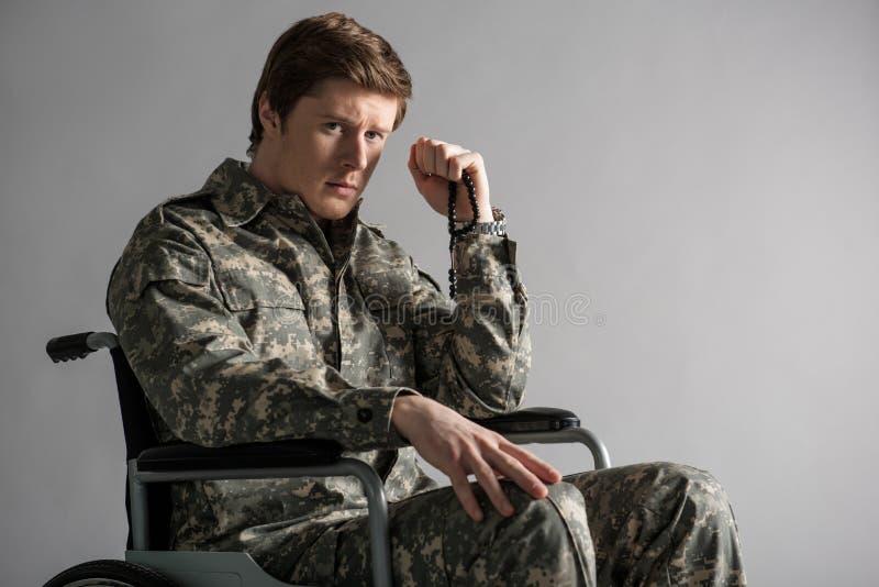 Αποθαρρημένος νέος στρατιώτης που πάσχει από τις μνήμες στοκ φωτογραφίες