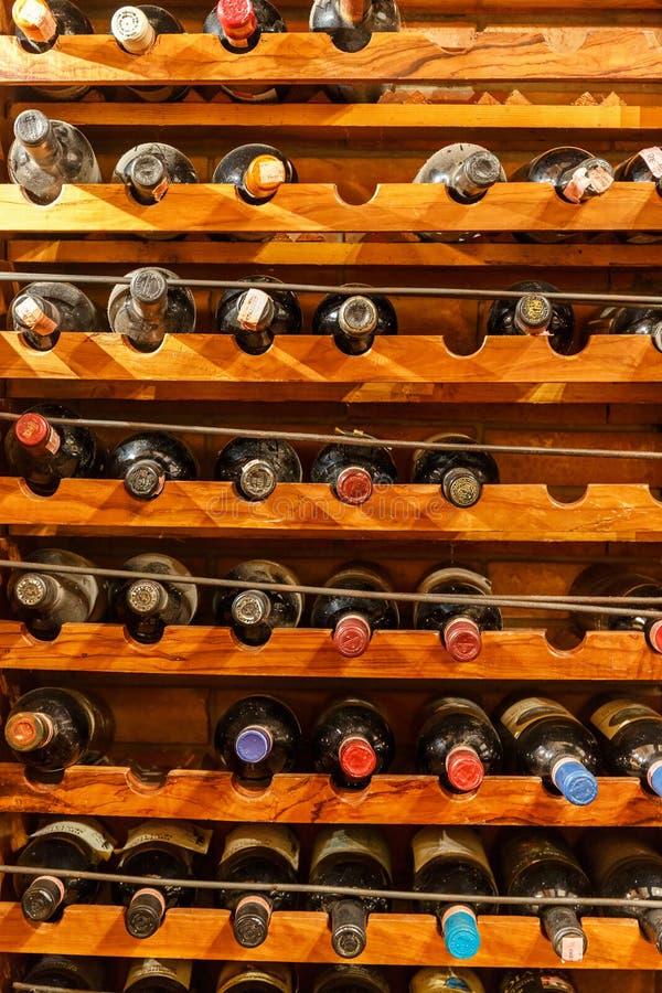 Αποθηκευμένα μπουκάλια κρασιού στα ράφια στοκ φωτογραφία με δικαίωμα ελεύθερης χρήσης
