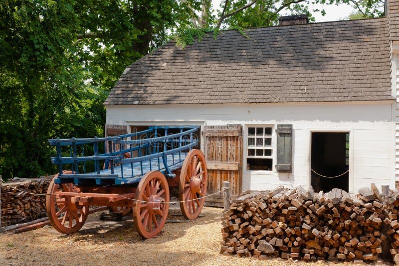 Αποικιακά κτήριο και Horsecart: Williamsburg, VA στοκ εικόνες