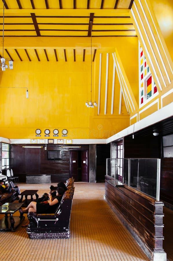 Αποικιακή εσωτερική αίθουσα επιβατών του παλαιού σιδηροδρομικού σταθ στοκ εικόνα με δικαίωμα ελεύθερης χρήσης