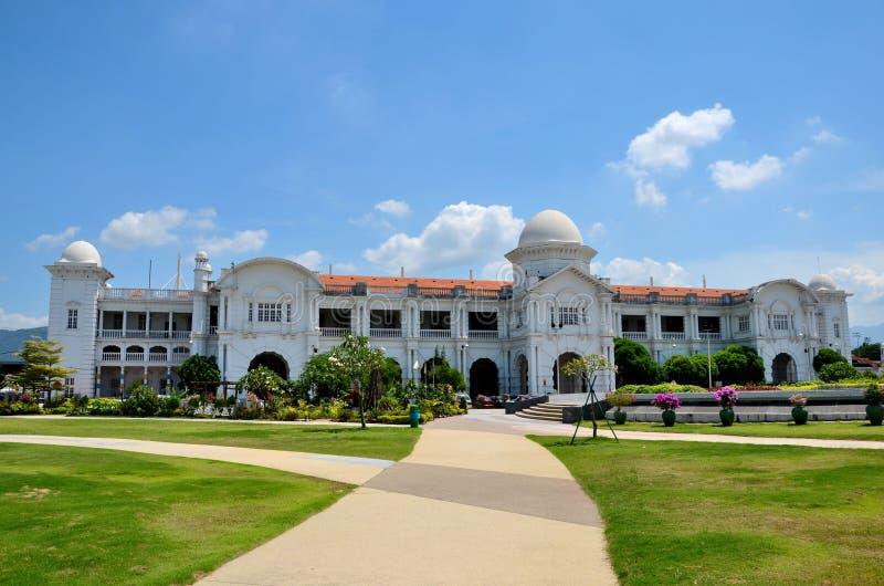 Αποικιακό κτήριο σταθμών τρένου σιδηροδρόμων KTM με τους κήπους Ipoh Μαλαισία στοκ εικόνες