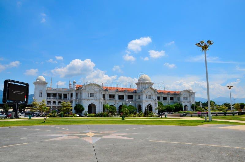 Αποικιακό κτήριο σταθμών τρένου σιδηροδρόμων KTM με τους κήπους Ipoh Μαλαισία στοκ εικόνα