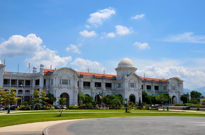Αποικιακό κτήριο σταθμών τρένου σιδηροδρόμων KTM με τους κήπους Ipoh Μαλαισία στοκ φωτογραφίες
