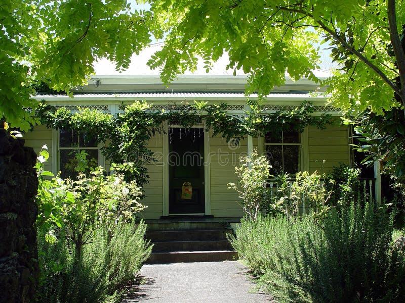 Download αποικιακό σπίτι 2 στοκ εικόνες. εικόνα από κήπος, antiquate - 120218