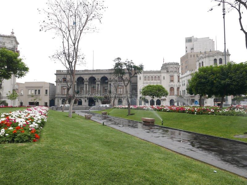Αποικιακό τετράγωνο SAN Martin με τους διακοσμητικούς κήπους στο ιστορικό κέντρο της Λίμα, μια περιοχή παγκόσμιων κληρονομιών της στοκ εικόνες