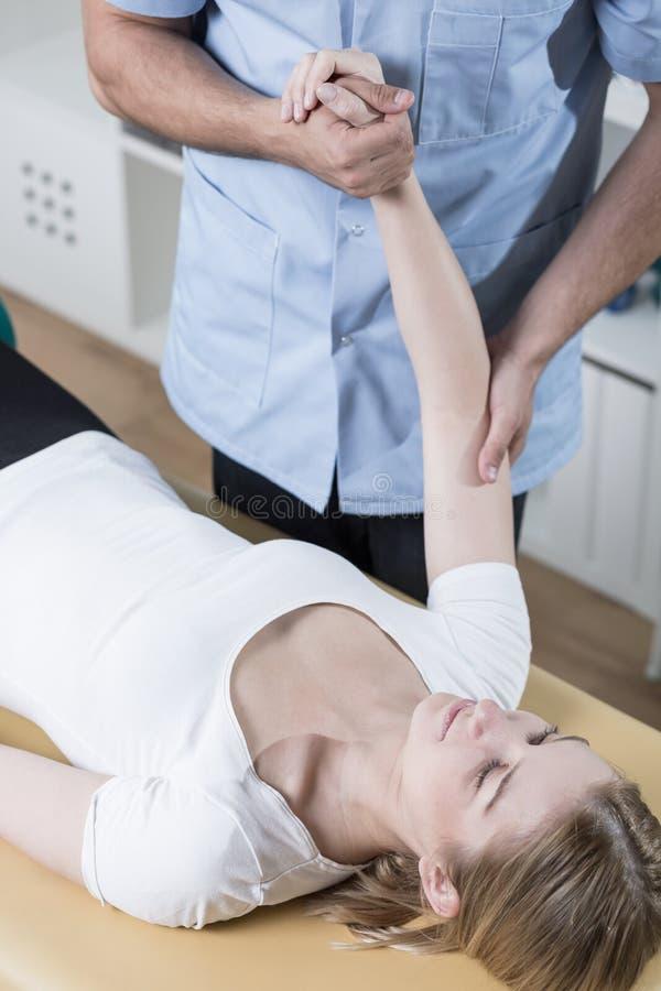 Αποκατάσταση του τραυματισμένου βραχίονα στοκ εικόνα