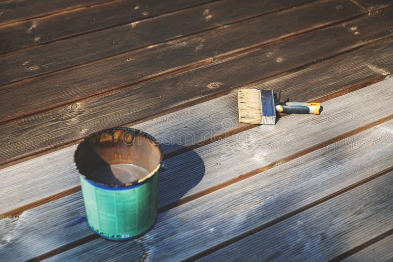 Αποκαταστήστε το παλαιό ξύλινο πεζούλι με το ξύλινο προστατευτικό πετρέλαιο στοκ εικόνα με δικαίωμα ελεύθερης χρήσης