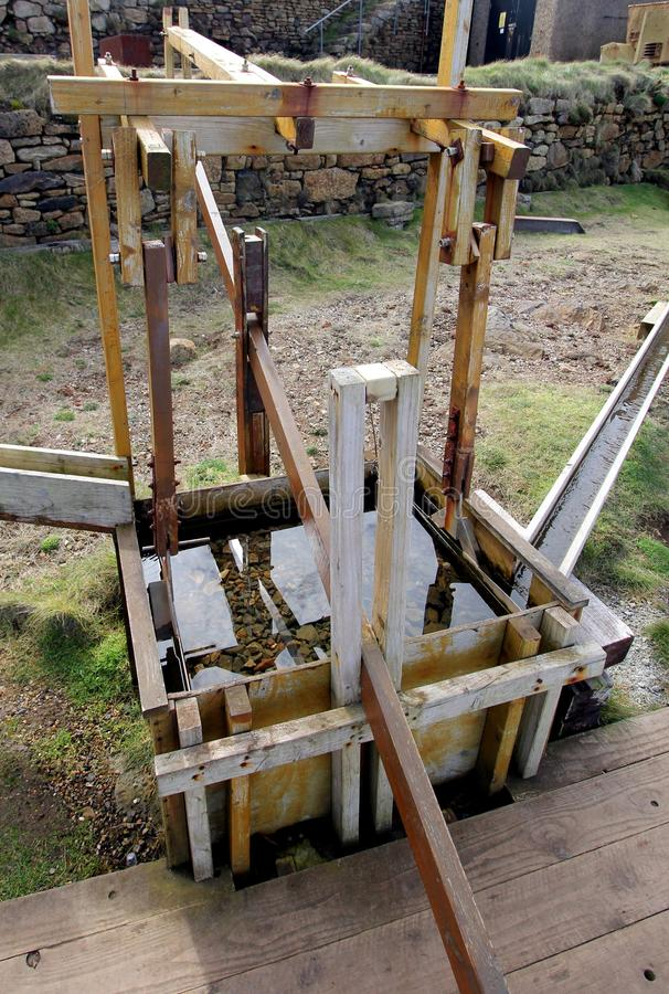 Αποκατεστημένη ξύλινη μηχανή σπασμωδικής κίνησης για το μετάλλευμα κασσίτερου, σε ένα παλαιό Γ στοκ φωτογραφία με δικαίωμα ελεύθερης χρήσης